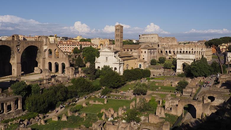 Passeggiata nel cuore di Roma Antica, dal Campidoglio alla Valle del Colosseo, e visita multimediale Domus Aurea Experience.